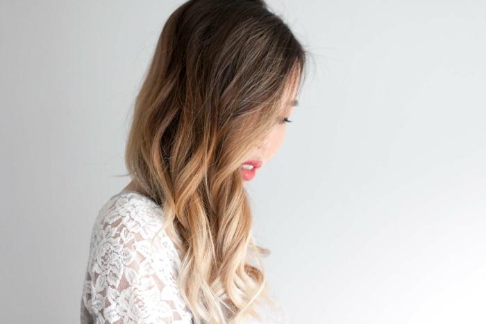 comment-se-boucler-les-cheveux-avec-un-lisseur-blouse-en-dentelle-motifs-floraux