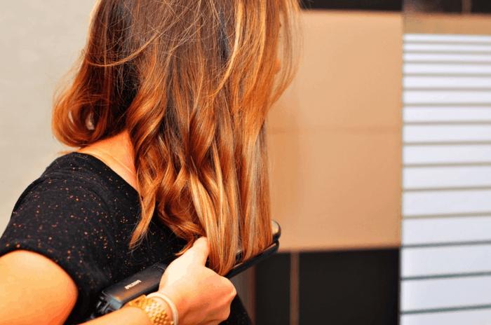 comment-se-boucler-les-cheveux-avec-un-lisseur-coiffure-cuivrée-t-shirt-effet-univers-montre-or