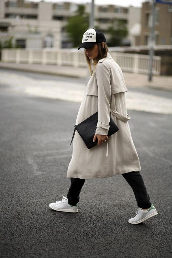 stan smith fille, veste longue beige, casquette blanc et noir, sac à main noir, basket chic femme, pantalon noir