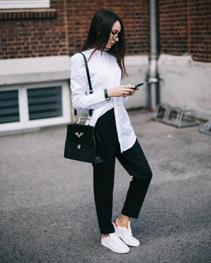basket chic femme, lunettes de vue, sac à main en cuir, montre noire, chemise longue blanche, pantalon noir