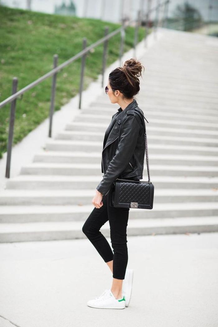 basket chic femme, veste en cuir noir, cheveux chignon, lunettes de soleil, pantalon noir