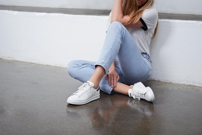 comment porter des stan smith, t-shirt blanc, paire de jeans claires, cheveux blonds, stan smith fille