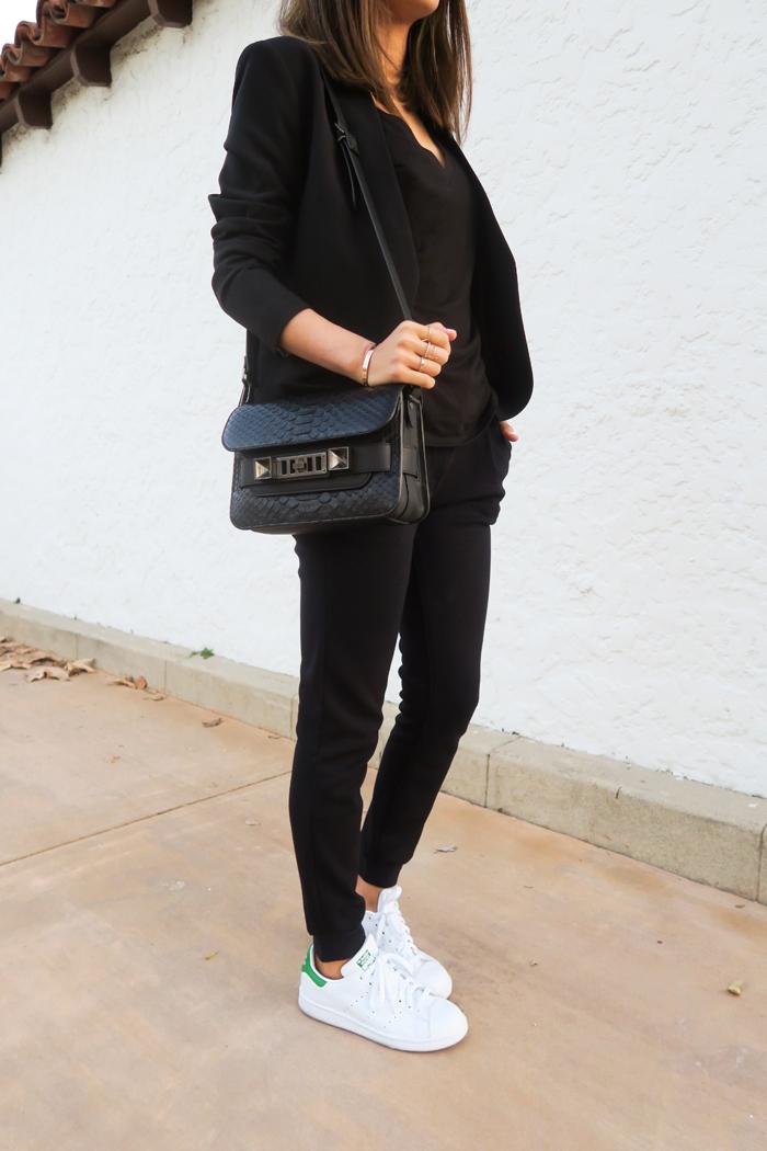 stan smith femme portées, pantalon noir, veste noire, bracelet en or, sac à main en cuir