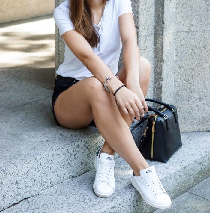 basket femme habillée, shorts noirs, t-shirt blanc, bijoux en argent, sac à main en cuir, tenue avec stan smith