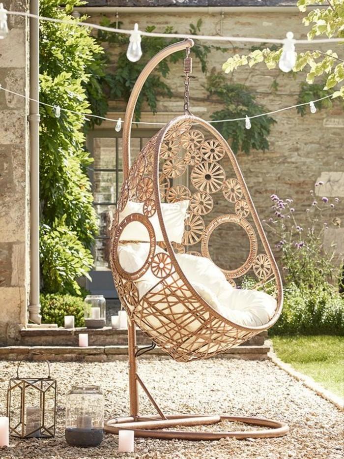 cosy-deco-chaise-suspendu-coussin-blanc-jardin-plantes-lampes-guirlande