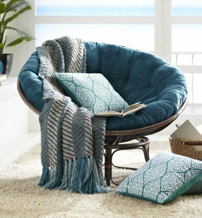cosy-deco-fauteil-couverture-en-bleu-et-marron-coussins-plantes