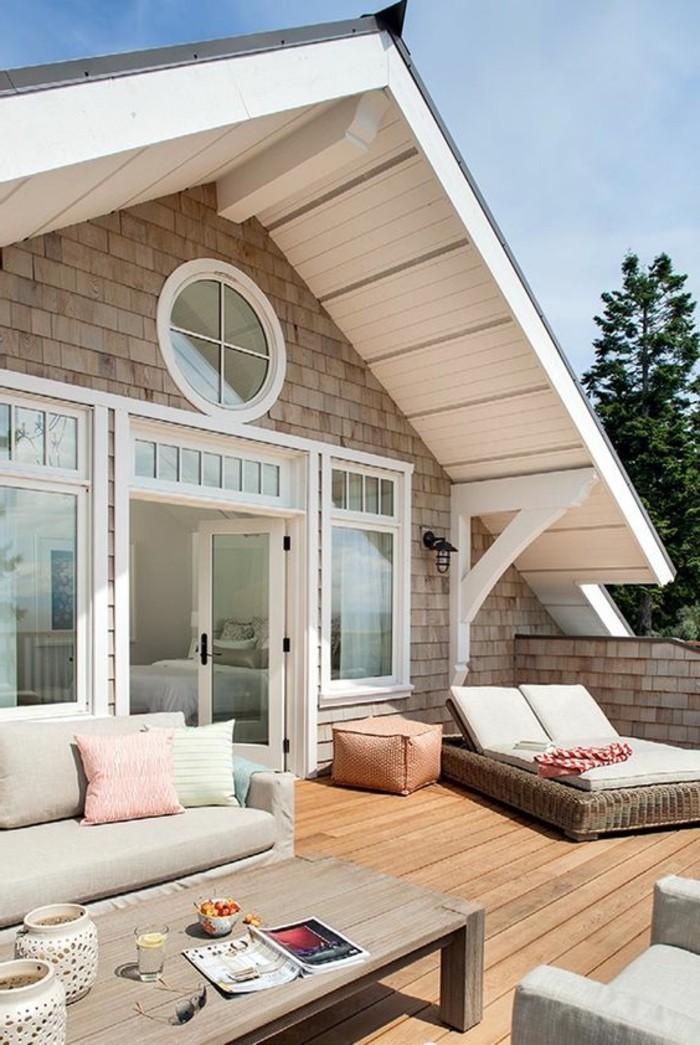 cosy-deco-terrasse-parquet-en-bois-canapé-beige-coussins-table-magazine