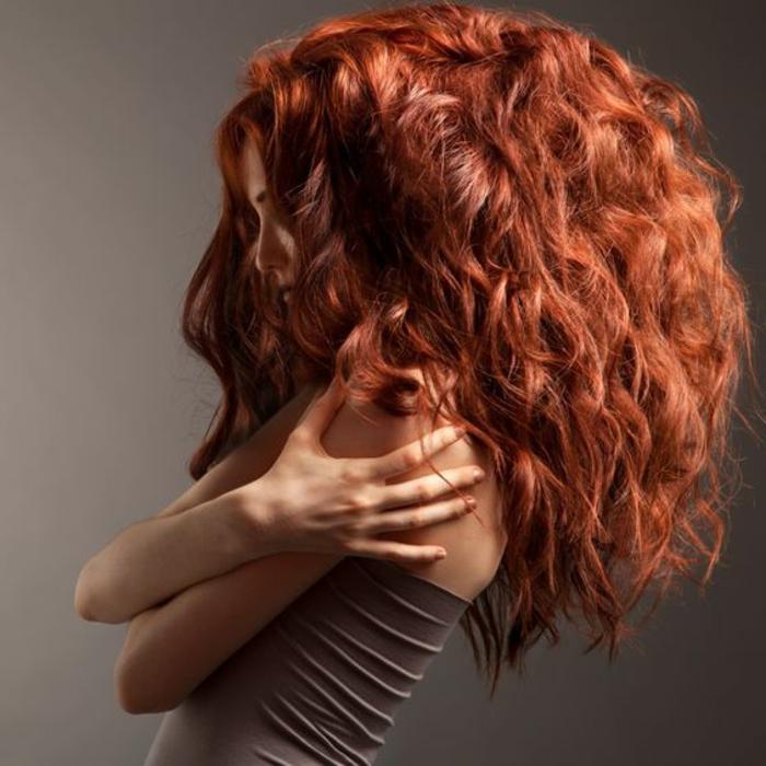 couleur auburn cheveux, longs cheveux bouclés