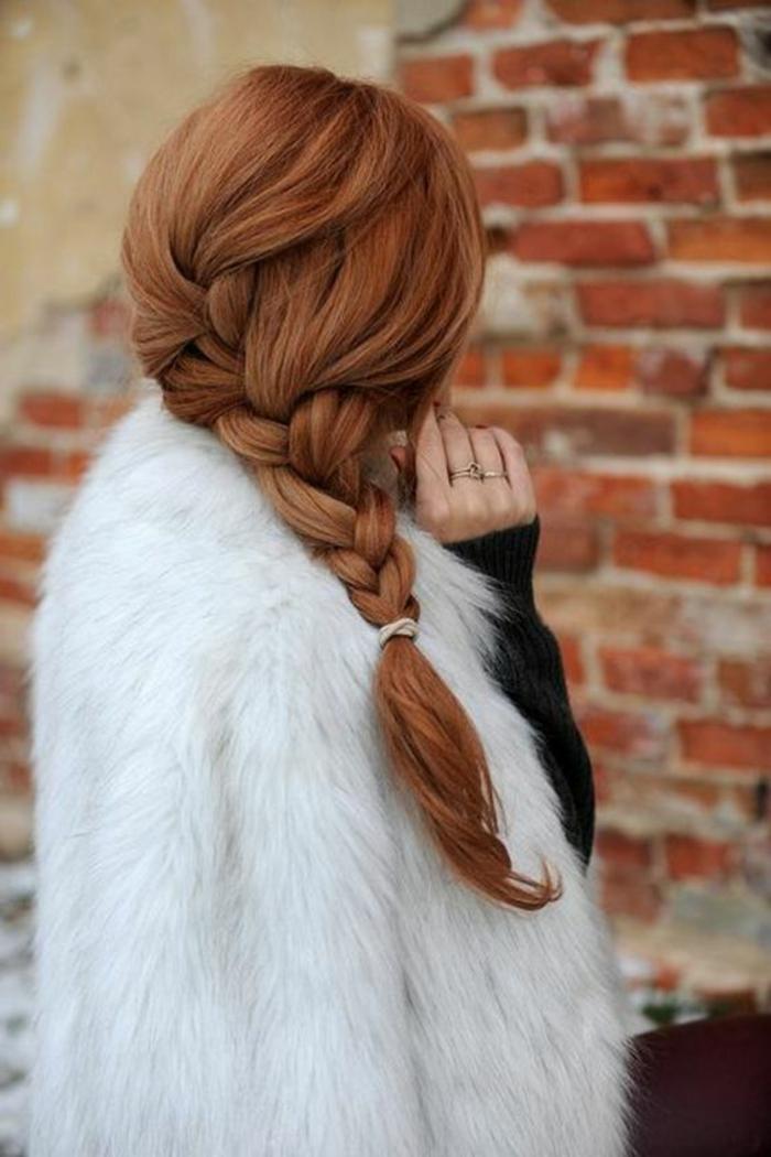 couleur auburn cheveux, tresse de côté sur cheveux très longs