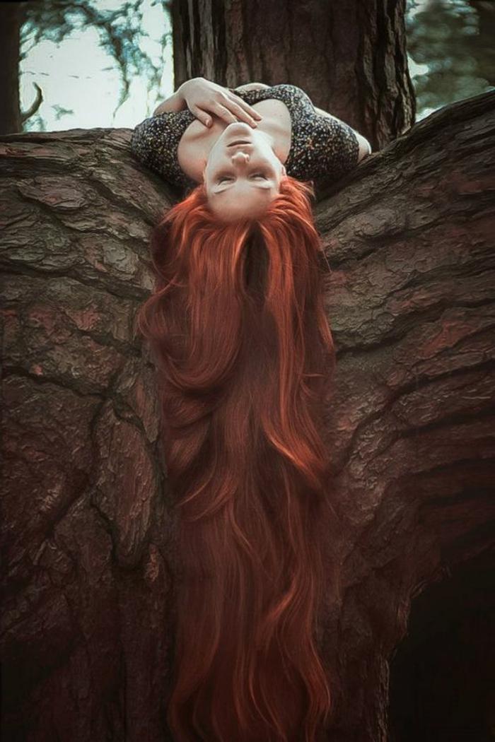 couleur auburn cheveux, jolie fille dans la forêt