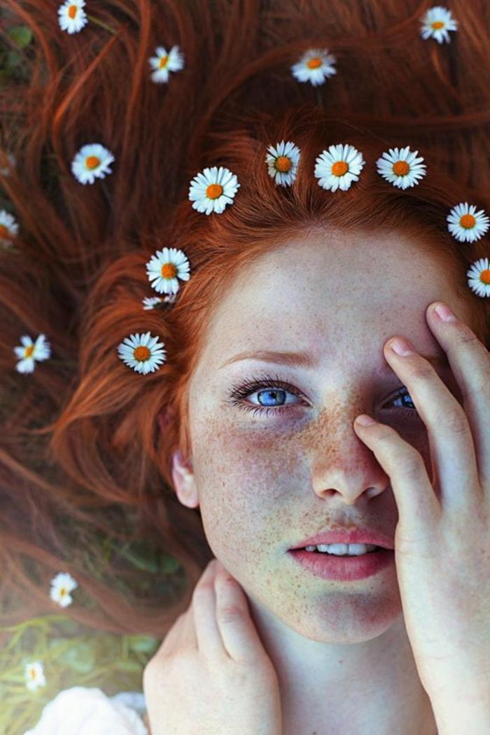couleur auburn cheveux, longs cheveux roux ornés de marguerites