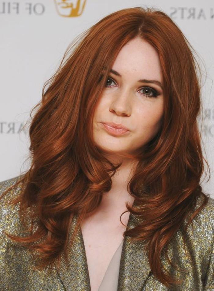 couleur auburn, cheveux légèrement ondulés en couleur rousse lumineuse