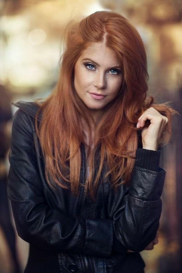 couleur auburn, yeux bleus, veste en cuir noire
