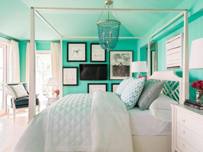 couleur chambre parental, fauteuil en cuir, grandes fenêtres, couverture de lit blanche