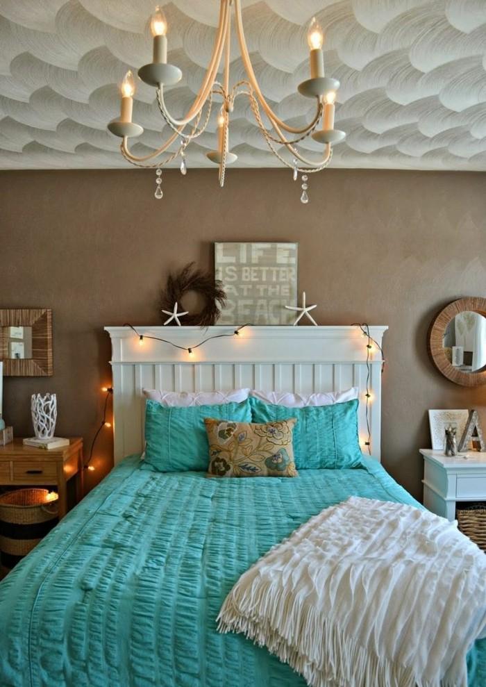 idée couleur chambre, lustre bougies, couverture de lit turquoise, miroir rond