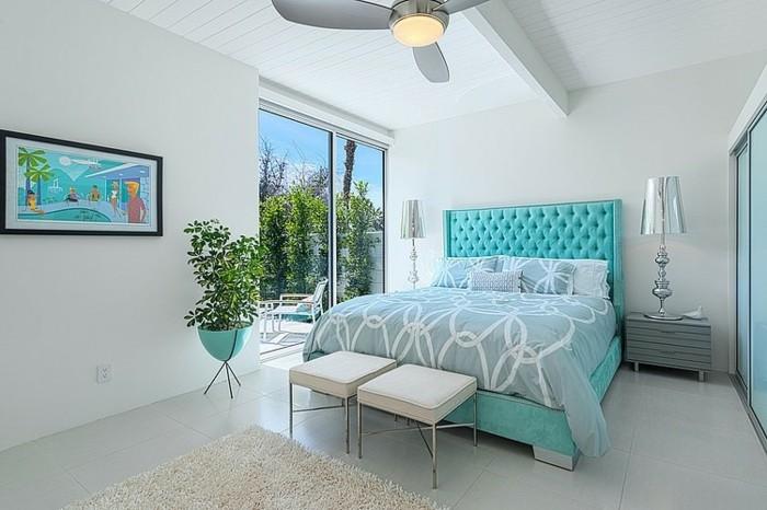 papier peint chambre adulte, tapis fausse fourrure, ventilateur de plafond, lampes en argent