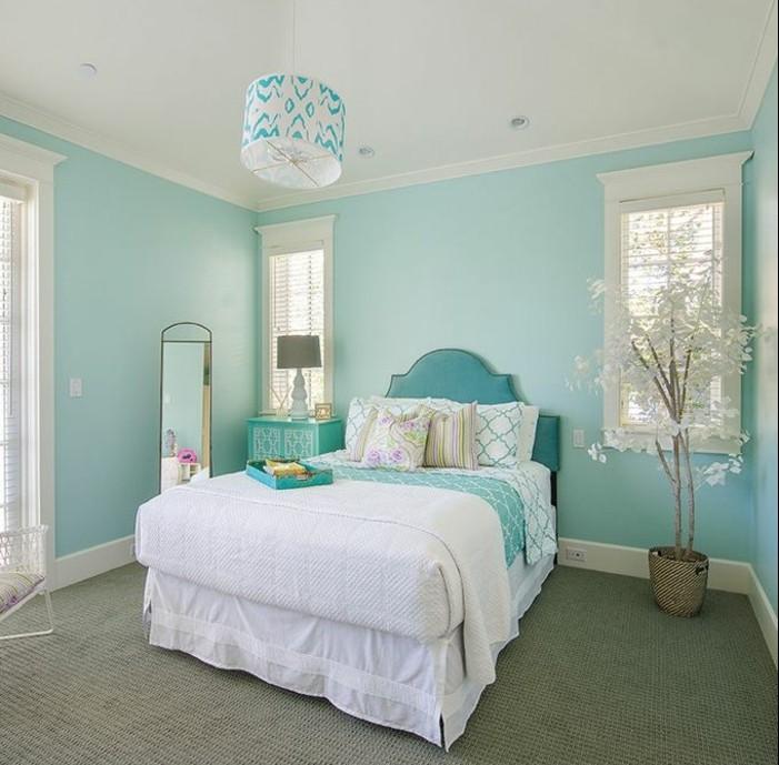 chambre turquoise, couverture de lit blanche, arbre en papier, tapis beige