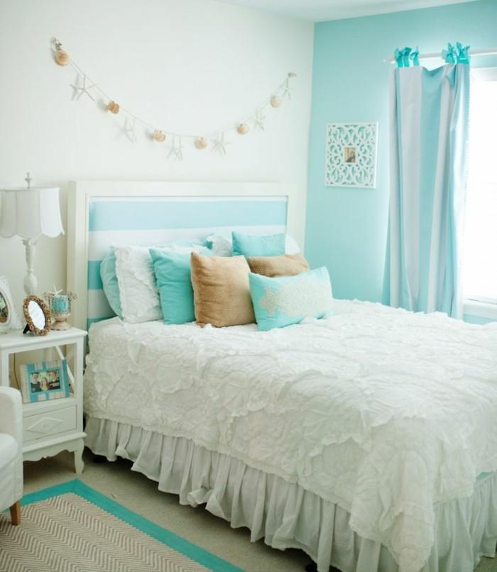idée couleur chambre, guirlande diy, rideaux et coussins turquoise