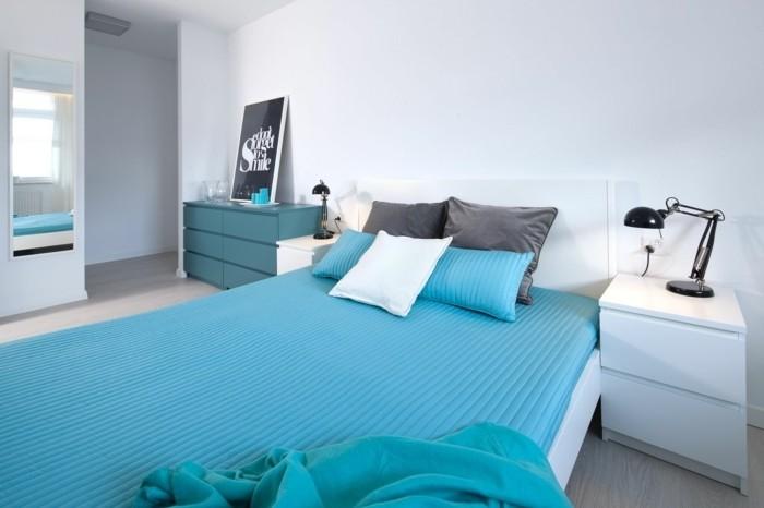 idée couleur chambre, couverture de lit turquoise, coussins décoratifs