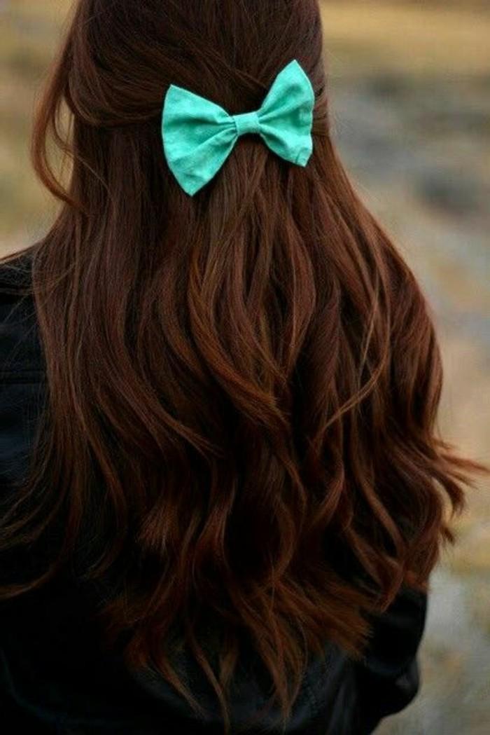 couleur cheveux auburn, papillon bleu accessoire de cheveux