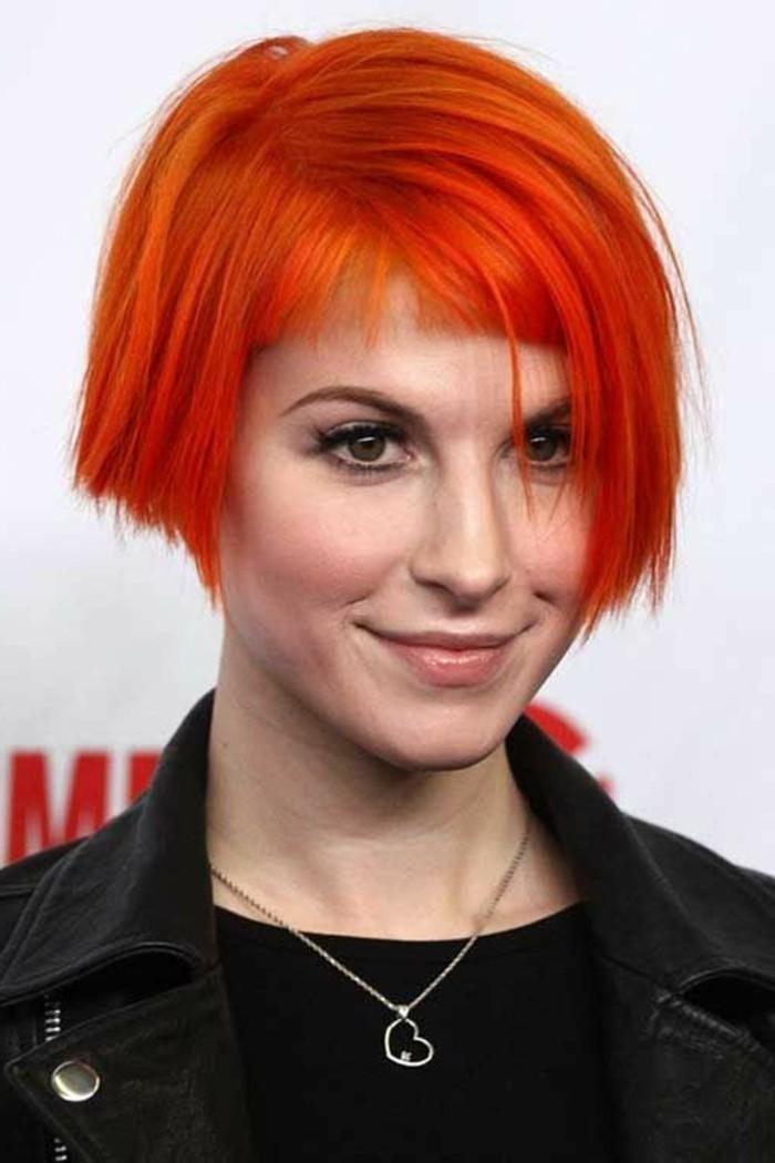 coupe avec frange, cheveux lissés couleur carotte