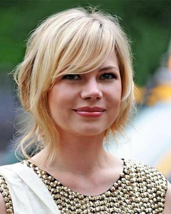 coupe avec frange, coiffure tendance sur cheveux blonds effilés
