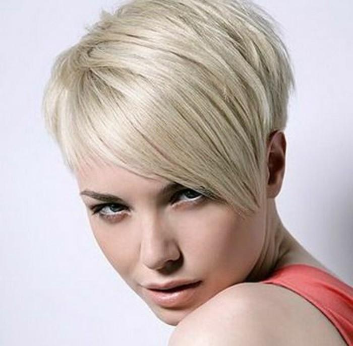 coupe avec frange longue de côté, cheveux blonds