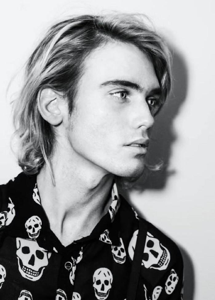 modele coupe cheveux mi long cheveux en arrière homme queue de cheval blond