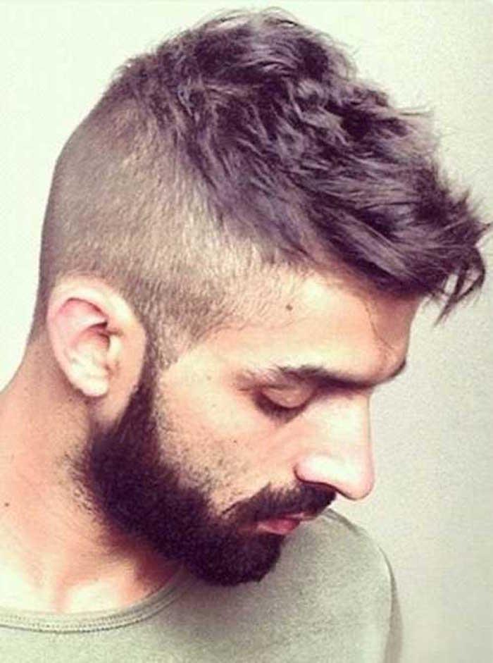idée coiffure stylée homme rasé cotés laisser dessus