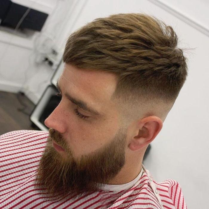 coupe de cheveux court homme vers lavant et barbe hipster