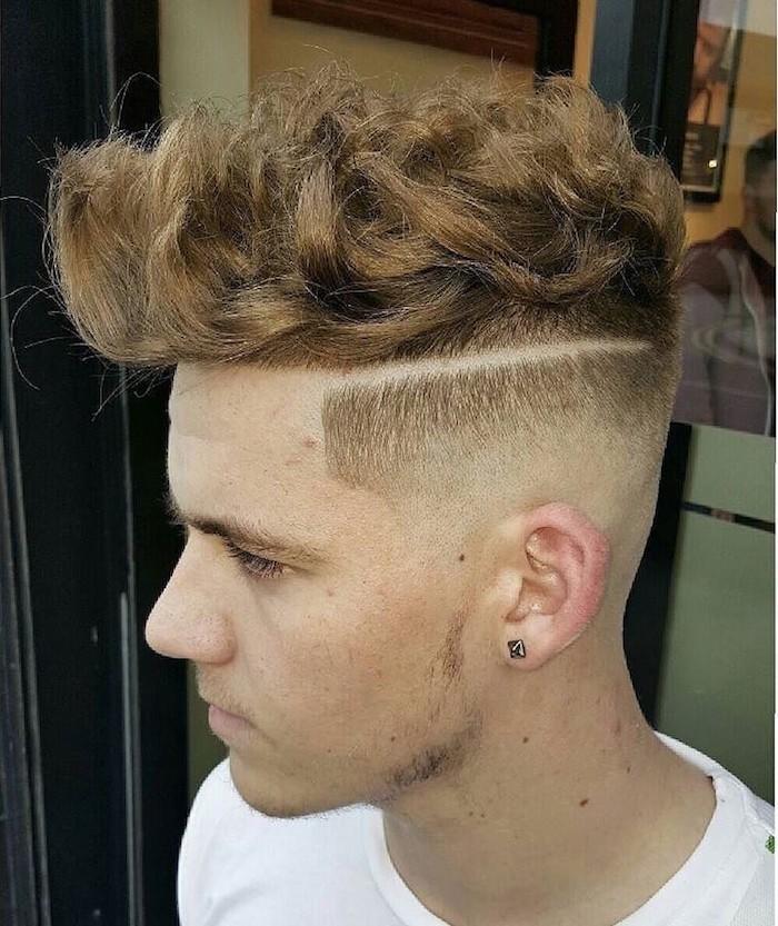 coupe de cheveux court homme frisés et fondu a blanc coté