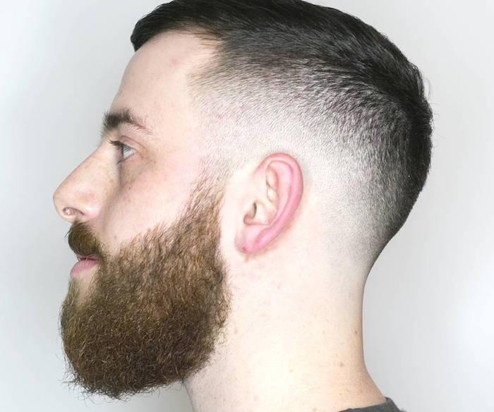 coupe de cheveux homme court avec barbe hipster