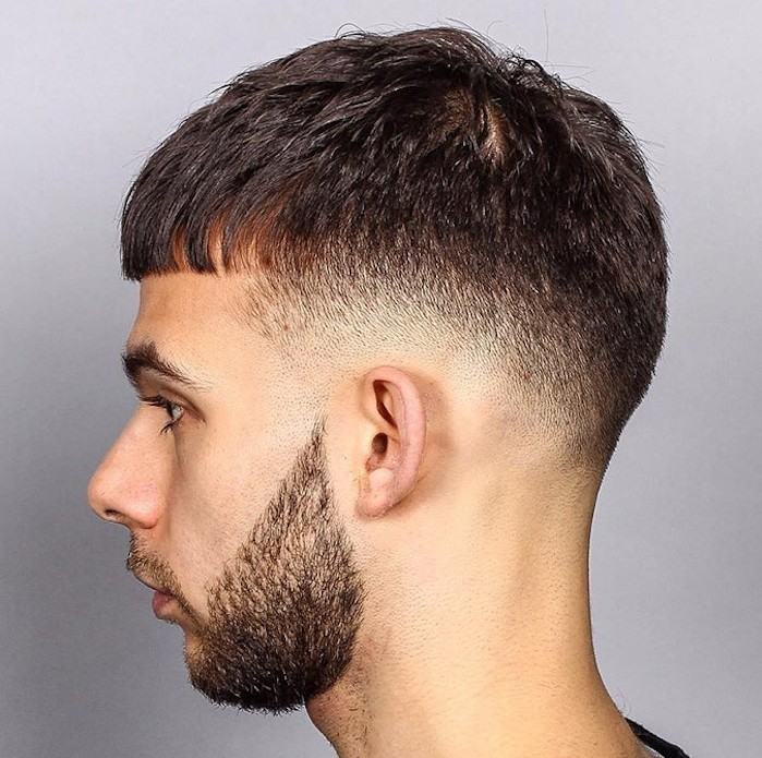 coupe de cheveux homme court vers l'avant et coté dégradé a blanc