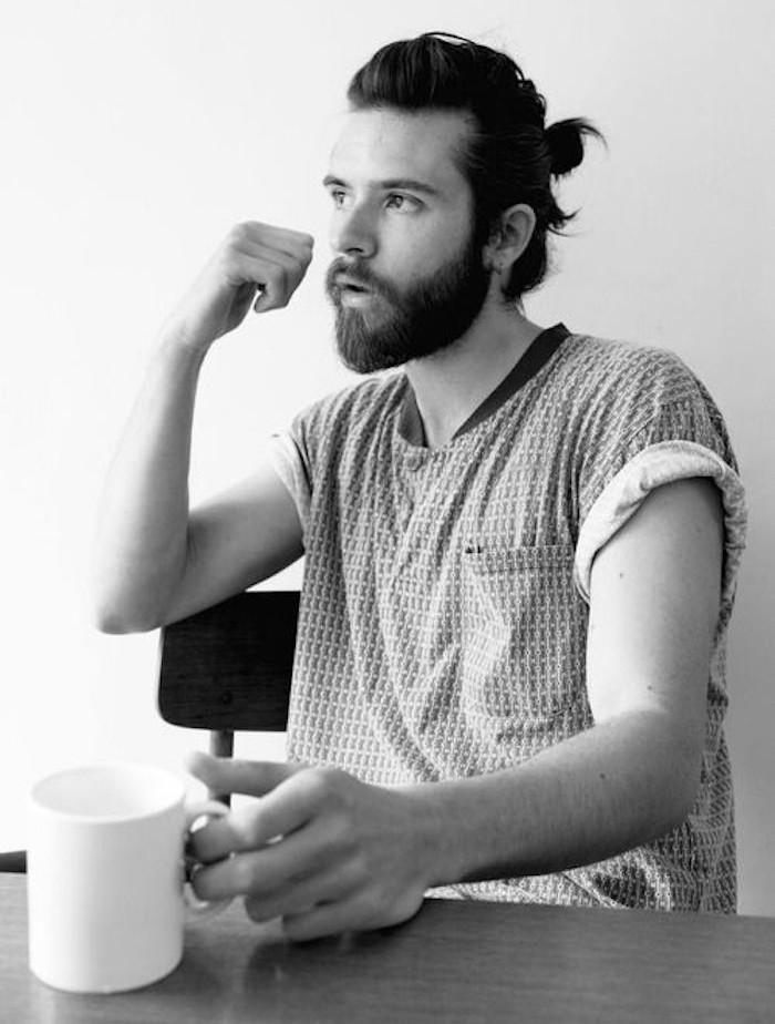 coiffure cheveux long hipster avec chignon homme man bun et barbe
