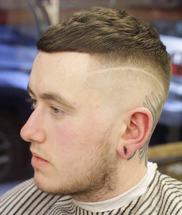 coupe de cheveux homme court sur les cotés long dessus trait coiffure homme