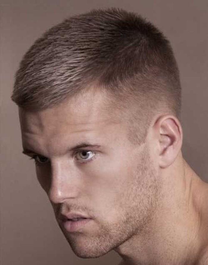 coupe de cheveux garçon court façon militaire