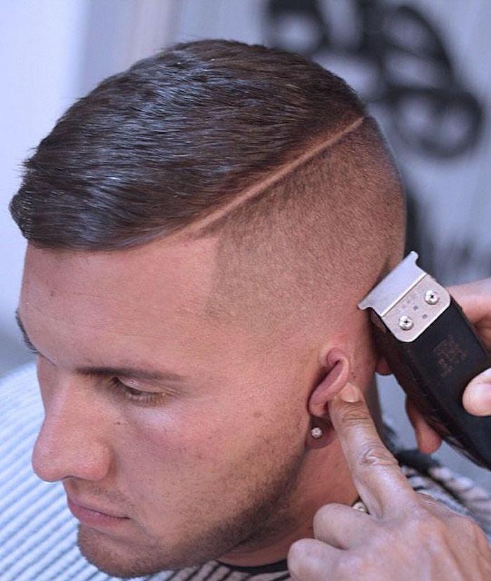 coupe pompadour style années 20 raie coté cheveux gominés