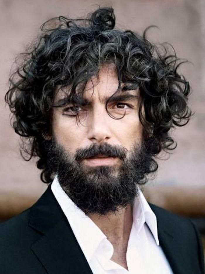 homme aux cheveux bouclés noirs et barbe