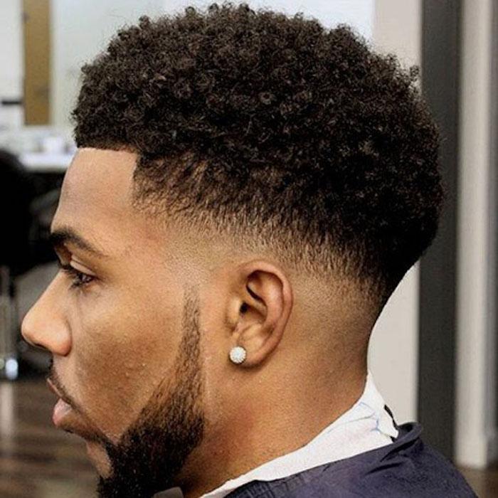 coupe afro avec cheveux frisés homme et fondu