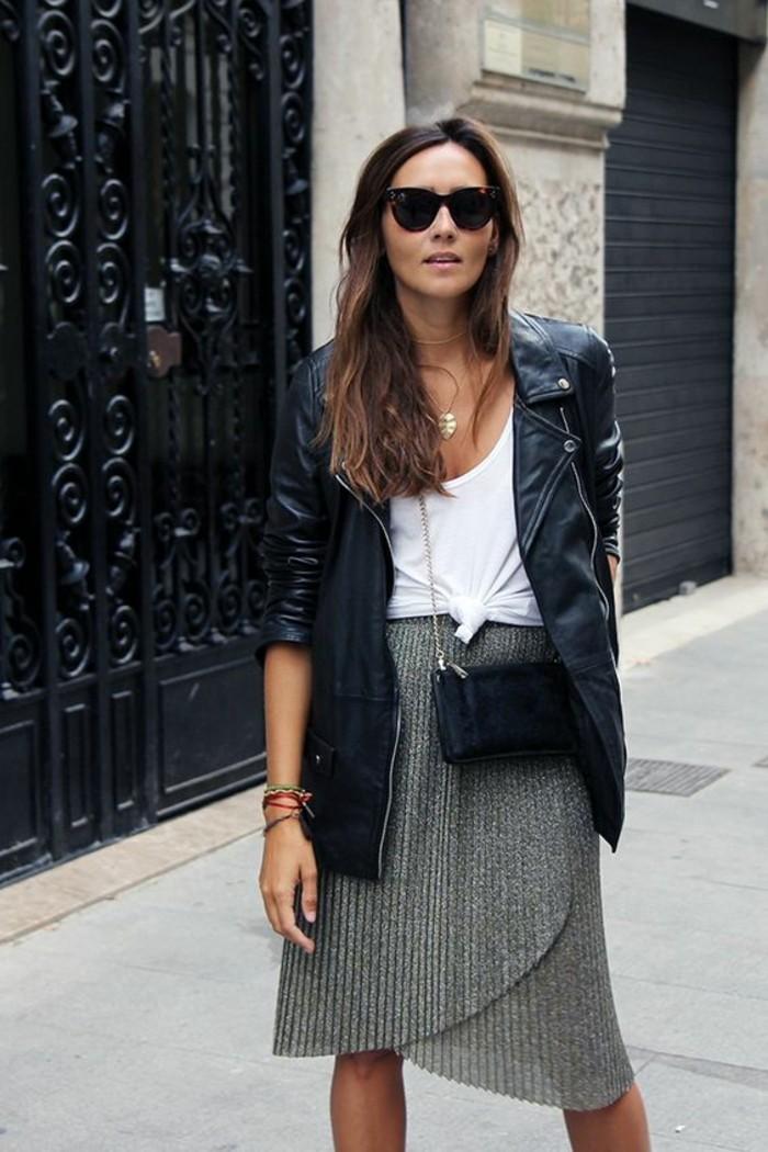 silhouette en V, jupe plissée mi-longue combinée avec un débardeur blanc et veste en cuir, harmoniser la silhouette femme