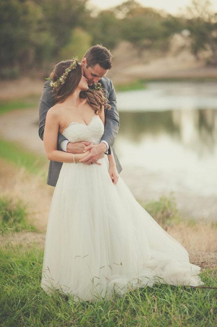 couple-mariée-robe-de-mariee-princesse-robe-de-mariée-bustier-coeur