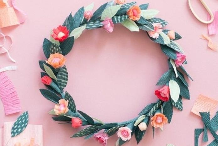 couronne-de-fleurs-en-papier-crépon-activité-manuelle-printemps-pour-décorer-intérieur-printemps-cheveux-accessoire-couronne-idée-comment-faire-des-fleurs-en-papier-crépon