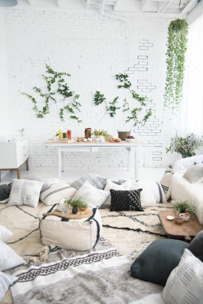 amenagement salon, plantes vertes, coussins décoratifs, plaid en fausse fourrure, ambiance cocooning