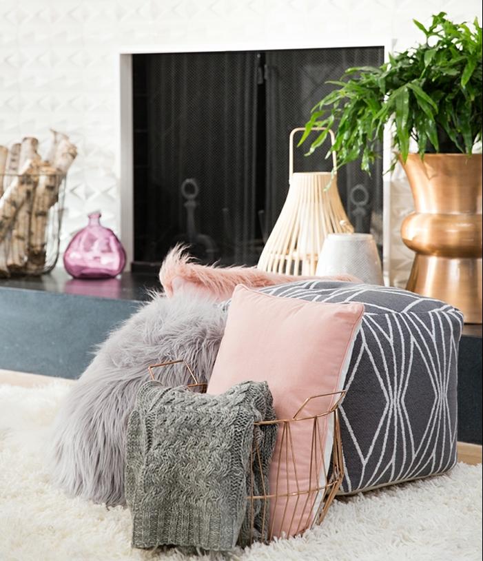 comment décorer son salon, plante verte, vase dorée, coussins décoratifs rose, tapis en fausse fourrure