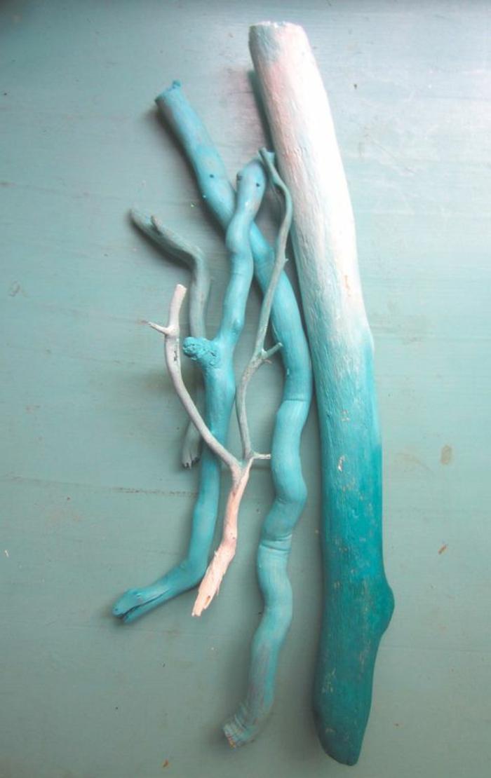 création en bois flotté, bois peint bleu
