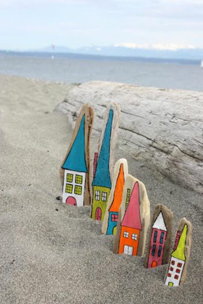 création en bois flotté, petites maisons en belles couleurs