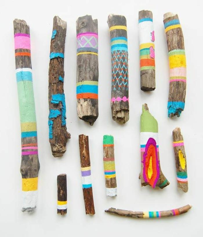 création en bois flotté, jolies morceaux de bois peints en couleurs différentes