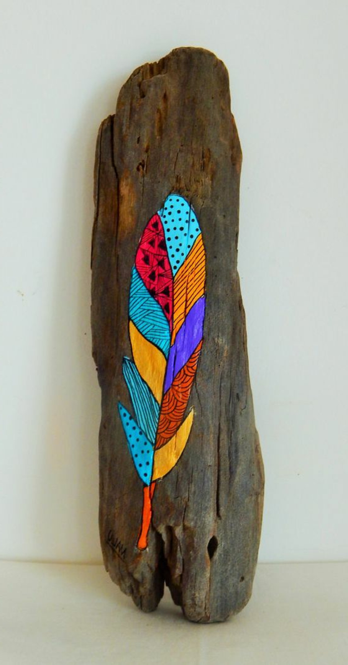 Création En Bois Flotté, Plume Multicolore Dessinée Sur Morceau De Bois