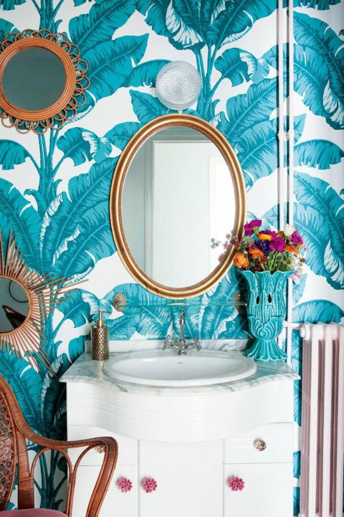 déco-blanc-et-bleu-canard-papier-peint-decoratif-palmier