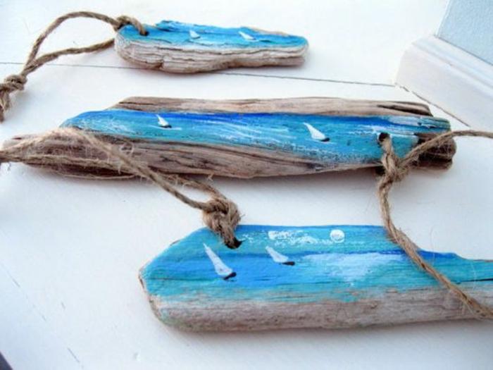déco bois flotté, petits bateaux dessinés sur des morceaux de bois flotté
